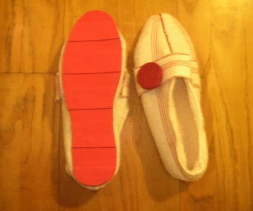 Craftster user demekah made these shoes completely from scratch using