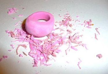 Кольцо из ластика своими руками готово, кольцо можно покрыть прозрачным лаком для ногтей.