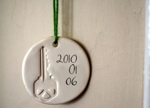 Make a commemorative housewarming ornament (via dollarstorecrafts.com)