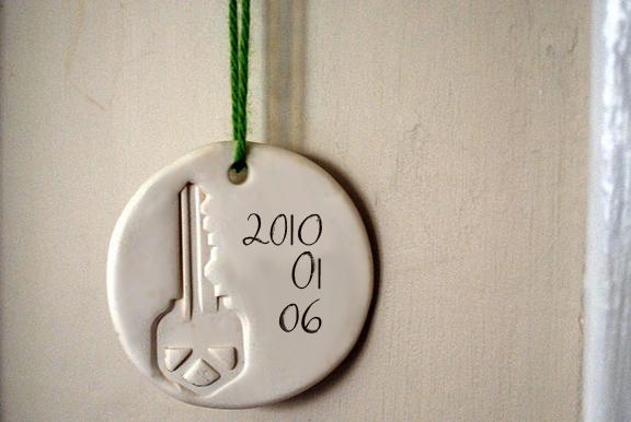 Make a commemorative housewarming ornament (via dollarstorecrafts.com)