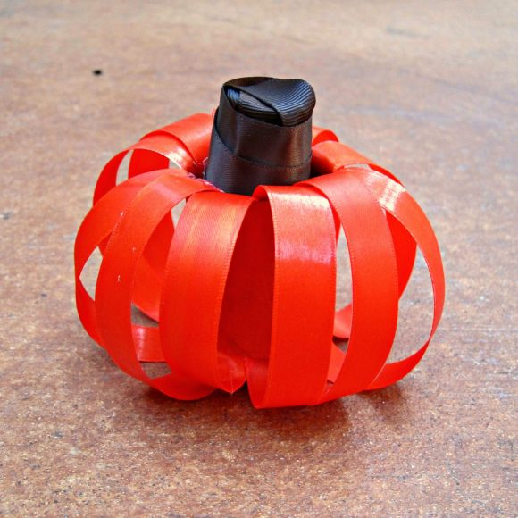 Tutorial: Ribbon pumpkin centerpiece (at dollarstorecrafts.com)