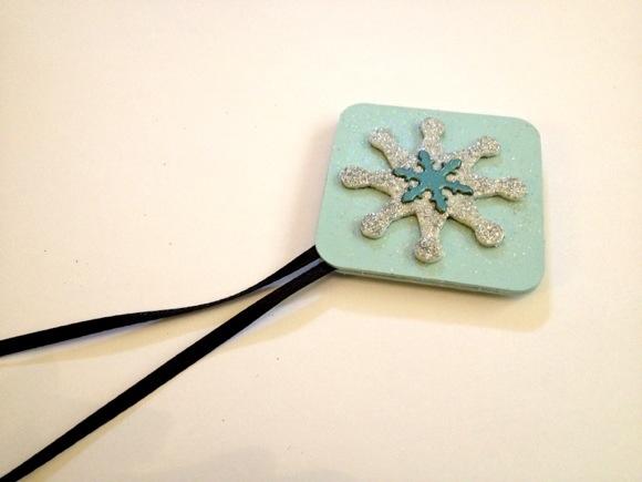 Tutorial: Make glittery chipboard ornaments (via dollarstorecrafts.com)