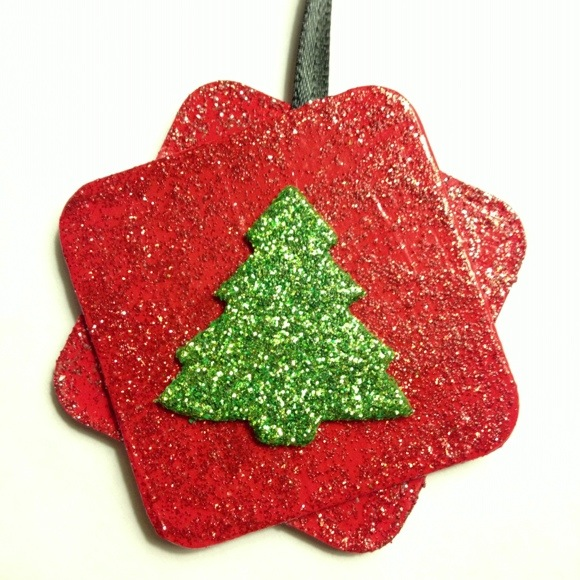 Tutorial: Make glittery chipboard ornaments (via dollarstorecrafts.com)