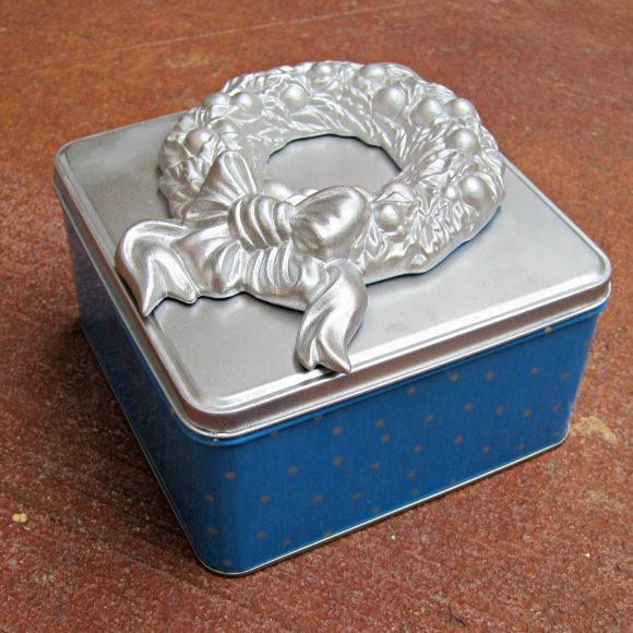 recycled holiday tin craft