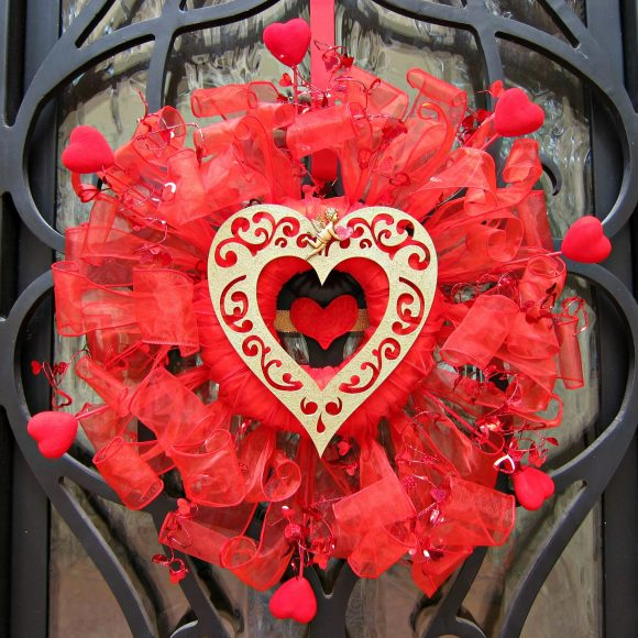 http://dollarstorecrafts.com/wp-content/uploads/2014/02/Valentine-Wreath-DIY-580x580.jpg